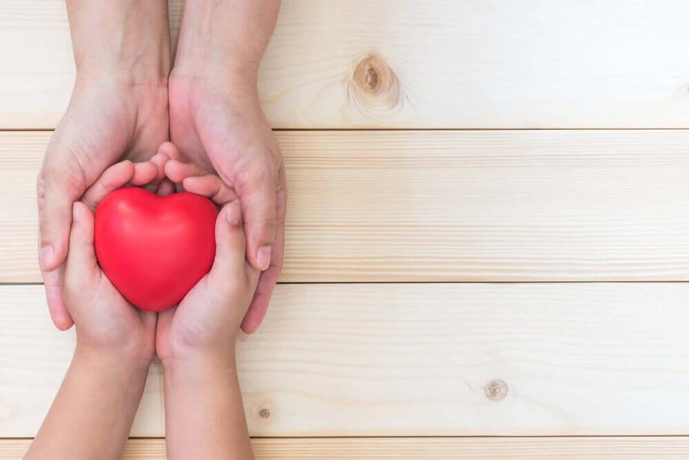 Un cœur sur des mains représentant la reconnaissance