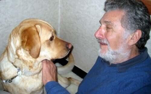 Elliot Aronson et son chien