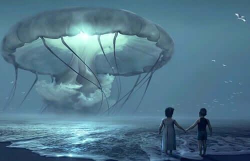 Une méduse géante au-dessus de l'eau