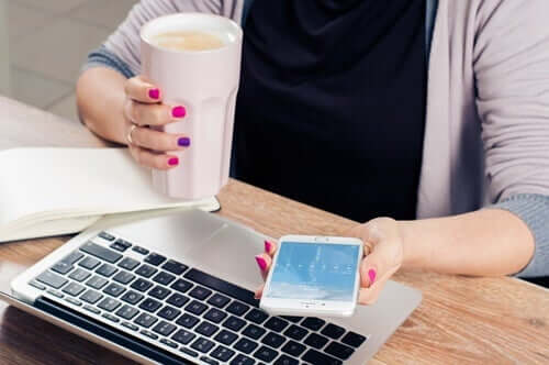 Une femme avec son smartphone