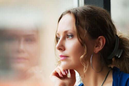 Une femme pensant au contrôle du stimulus