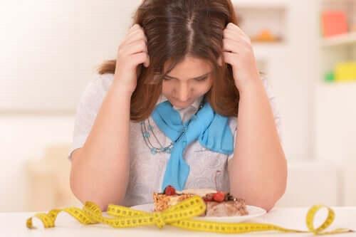 Une femme inquiète qui suit un régime restrictif