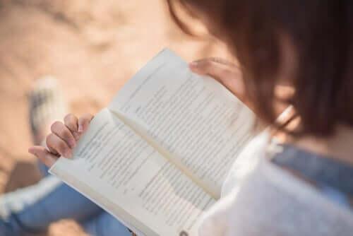 Une femme lisant un livre au calme