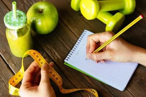 Une femme qui fait un régime note ses calories