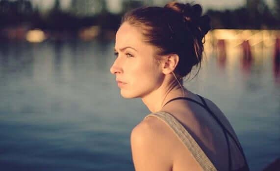 Une femme pensant au test de psychopathie de Robert Hare