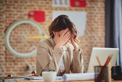 Le perfectionniste stresse une femme au travail