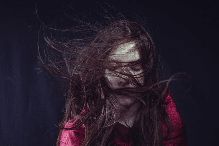 Un portrait de femme dans l'inquiétude