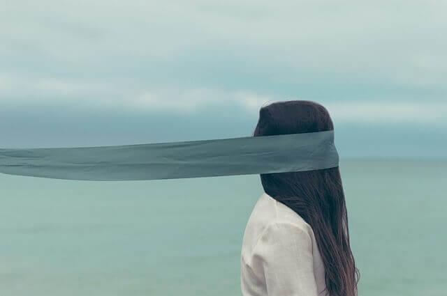 Une femme les yeux bandés