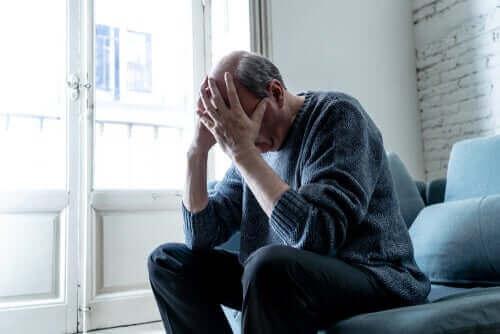 Un homme inquiet souffrant de la démence LATE