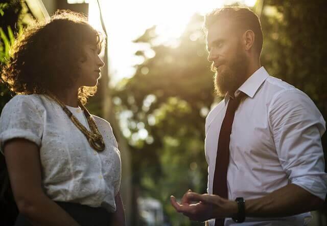 Un homme parlant à une femme