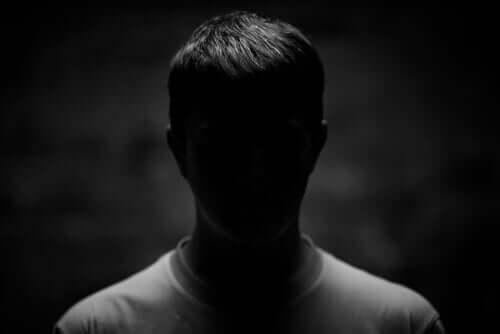 Un homme devant passer le test de psychopathie de Robert Hare