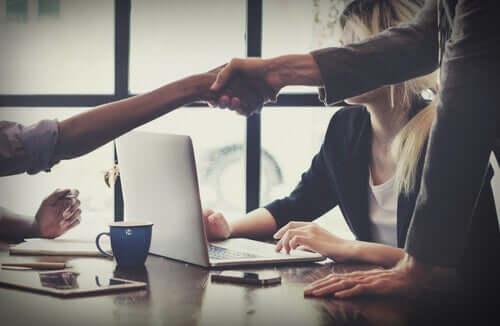 Des personnes savant comment se comporter pour une bonne résolution des conflits