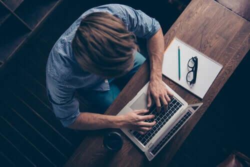 Le perfectionnisme au travail chez un homme