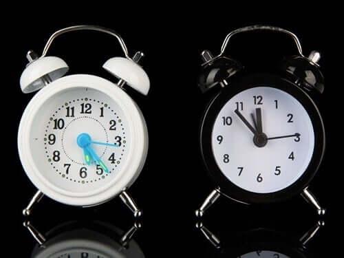 Deux réveils représentant les horloges du cerveau