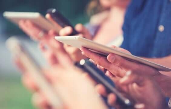 Des personnes avec des tablettes représentent la fracture numérique