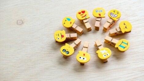 Les émotions représentées par des pinces à linge avec des smileys