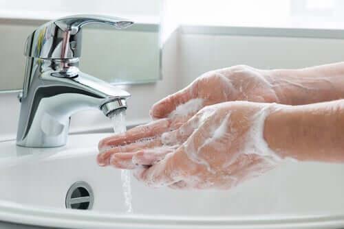 Se laver les mains de manière irrationnelle peut être un trouble obsessionnel compulsif