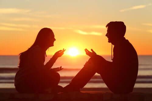 Deux personnes discutant appliquant les principes de communication selon le bouddhisme