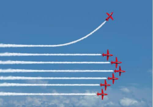 L'effet Einstellung représenté par des avions dans la même direction sauf un
