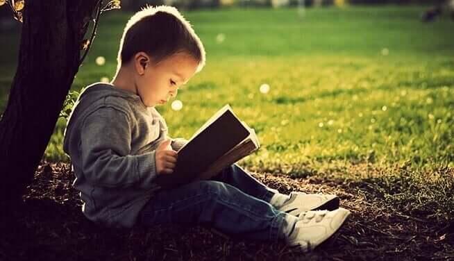 Un enfant lisant grâce à la méthode syllabique