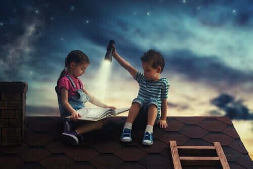 Des enfants qui lisent