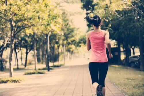Une femme qui fait de l'exercice