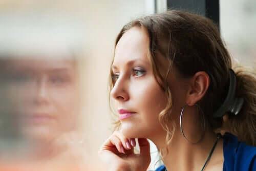 Une femme se demandant comment gérer son temps libre après un divorce