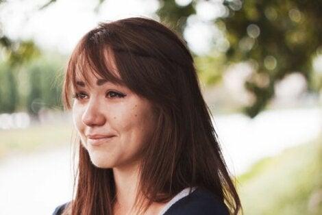 Une jeune femme souriante en train de pleurer de joie