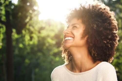 Une femme heureuse sur l'échelle de bonheur subjectif