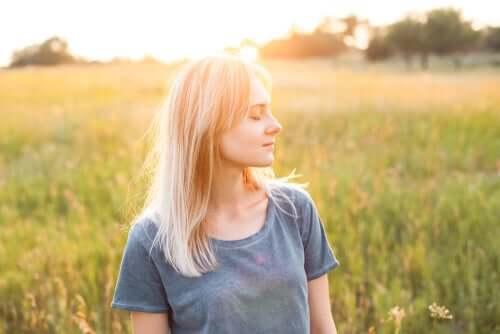 Une femme dans l'auto compassion