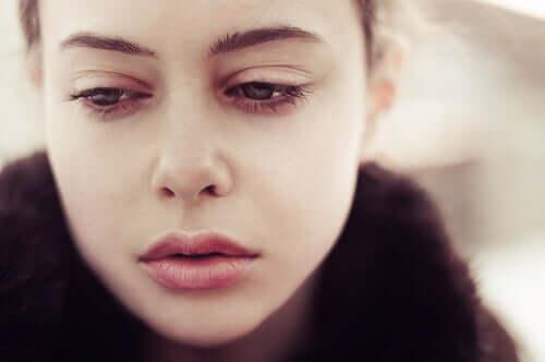 Une femme attristée par un accident de voiture