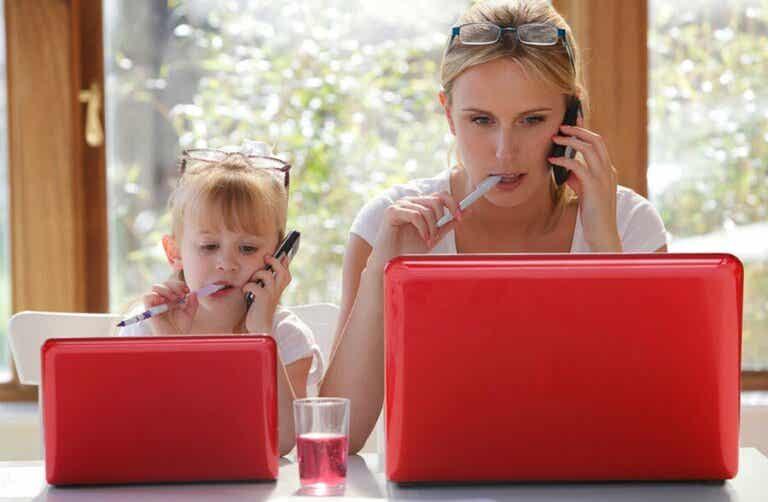 Pourquoi les enfants imitent-ils les adultes ?