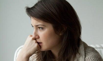 Une femme réfléchissant à comment mesurer l'anxiété