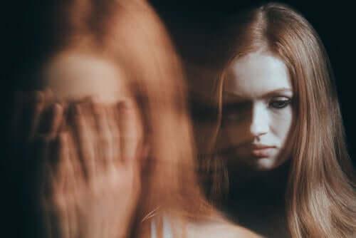 Une femme qui hallucine
