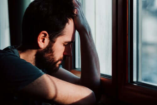 Un homme essayant de mesurer l'anxiété qu'il ressent