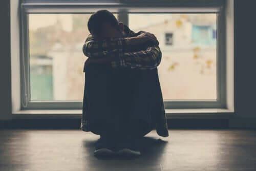 Un homme assailli par le sentiment de culpabilité