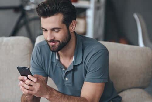 Un homme heureux sur des applications de rencontre