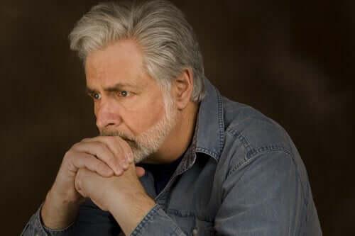 Un homme réfléchissant à l'effet de la pauvreté sur le cerveau