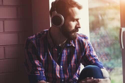 Un homme faisant un test d'écoute dichotique