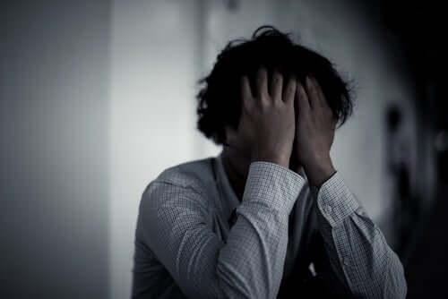 Un homme préoccupé par ses pulsions