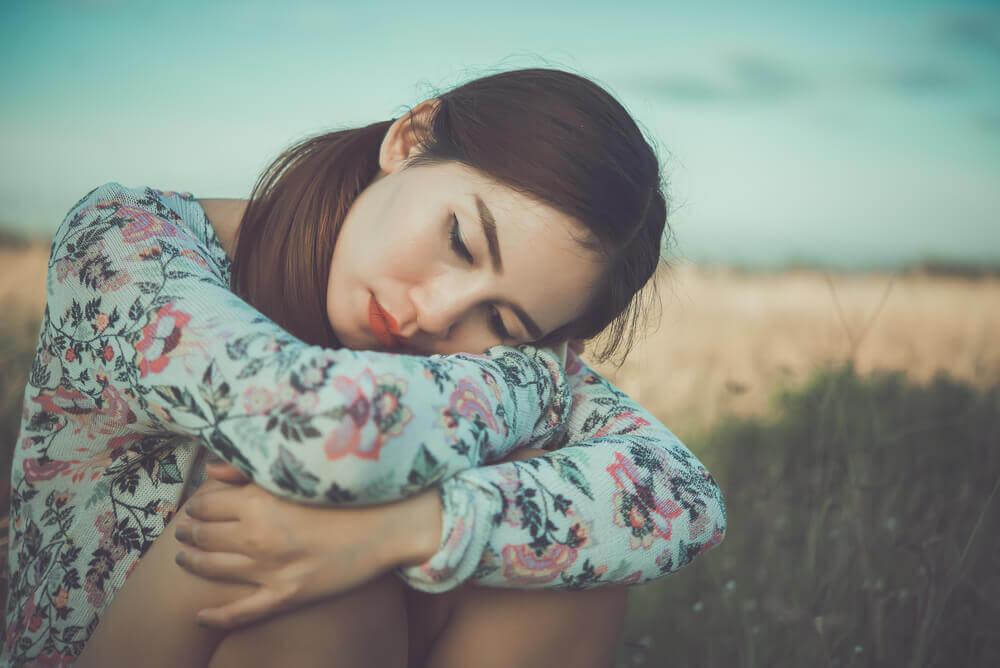 Une jeune femme pensant à ses pulsions