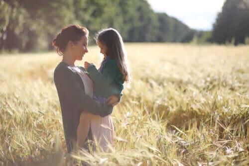 mère tenant sa fille dans les bras