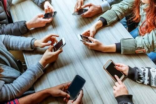 Des influenceurs sur leurs téléphones