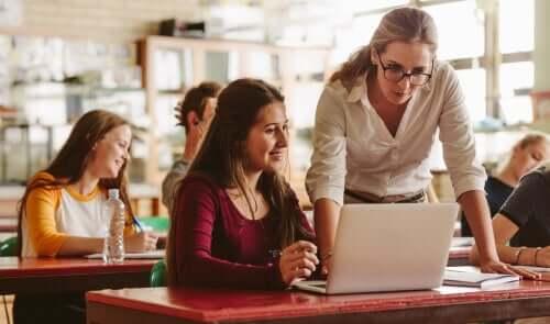 Un professeur en train d'aider une élève