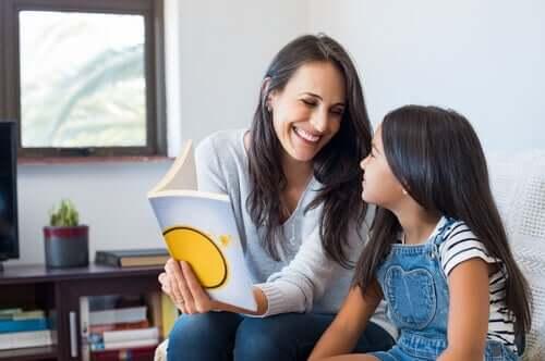 Une professeure apprenant à lire à une élève selon la méthode syllabique