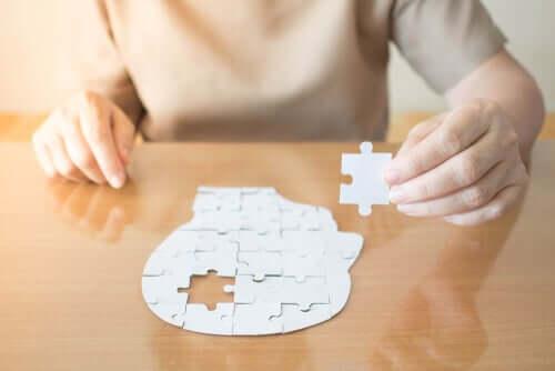 Un puzzle en forme de tête avec une pièce manquante