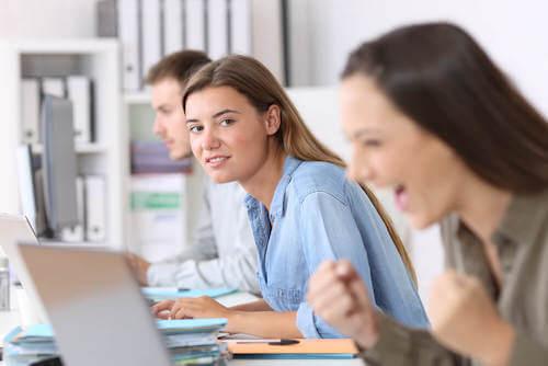 Le sentiment de l'envie d'une femme envers sa collègue de travail