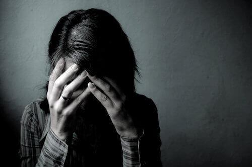 Une femme ayant le langage corporel de la culpabilité