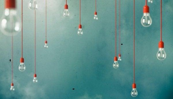 Des ampoules suspendues