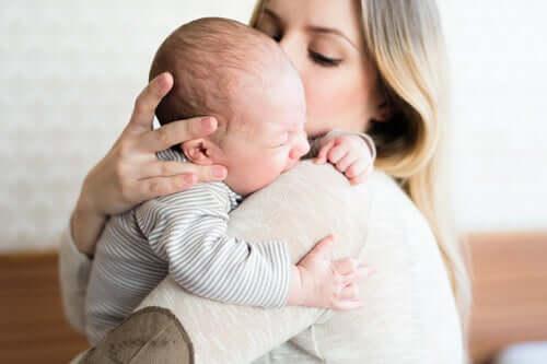 Pourquoi les mères tiennent souvent leurs bébés du côté gauche ?